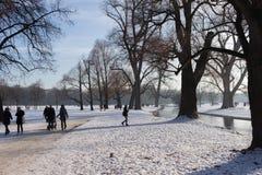 MONACHIUM †'STYCZEŃ 28: Ludzie cieszy się piękną pogodę podczas wi Zdjęcie Royalty Free