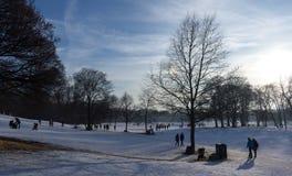 MONACHIUM †'STYCZEŃ 28: Ludzie cieszy się piękną pogodę podczas wi Obrazy Royalty Free