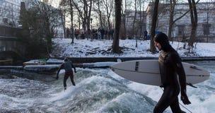 MONACHIUM †'STYCZEŃ 28: Surfingowiec jazdy wierzchołek fala na rzecznym Isar Obraz Stock