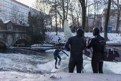 MONACHIUM †'STYCZEŃ 28: Surfingowiec jazdy wierzchołek fala na rzecznym Isar Obraz Royalty Free