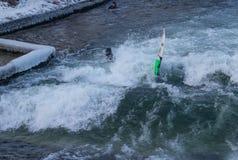 MONACHIUM †'STYCZEŃ 28: Surfingowiec jazdy wierzchołek fala na rzecznym Isar Fotografia Stock