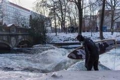 MONACHIUM †'STYCZEŃ 28: Surfingowiec jazdy wierzchołek fala na rzecznym Isar Zdjęcia Royalty Free
