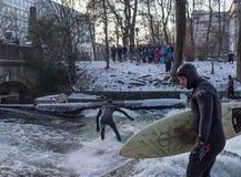 MONACHIUM †'STYCZEŃ 28: Surfingowiec jazdy wierzchołek fala na rzecznym Isar Zdjęcia Stock