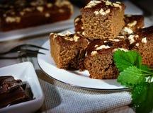 Monachium kulebiak, świezi nowi liście, kawałki czekolada, bieliźniana pielucha, drewniany stół zdjęcie stock