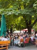 Monachium, ludzie przy typową op nir restauracją Obrazy Royalty Free