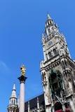 Monachium, neues rathaus i mariensaule, Zdjęcie Royalty Free