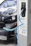 Monachium, Niemcy Czerwiec 25, 2016: Elektryczny samochód podładowywa przy gniazdko wtyczkowe stacją Obrazy Stock
