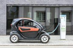 Monachium, Niemcy Czerwiec 25, 2016: Elektryczny samochód podładowywa przy gniazdko wtyczkowe stacją Zdjęcie Stock