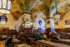 Monachium Niemcy, Czerwiec, - 14, 2018: Wnętrze sławny Hofbrauhaus pub w Monachium Zdjęcia Stock