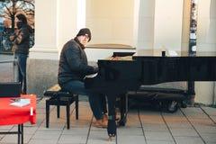 Monachium, Niemcy, Grudzień 29, 2016: uliczny muzyk bawić się pianino Rozrywka turyści w Europa ulica Fotografia Stock