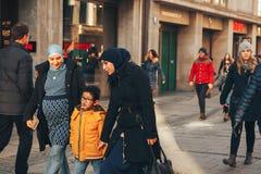 Monachium, Niemcy, Grudzień 29, 2016: Życzliwa rodzina wędrowników spacery zestrzela ulicę w Monachium tolerancja zdjęcie royalty free