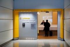 MONACHIUM NIEMCY, JAN, - 21st, 2017: lotniskowy wnętrze, lotniskowy Lufthansa senatora holu wejście z biznesowego mężczyzna spraw Zdjęcia Stock