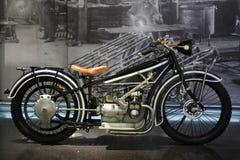 MONACHIUM NIEMCY, KWIECIEŃ, - 27, 2013: Rocznik oznakuje BMW motocykl w BMW muzeum w Monachium, Niemcy Obraz Stock