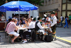 Monachium Niemcy, Lipiec, - 07: Ludzie ma piwnego obsiadanie Fotografia Stock