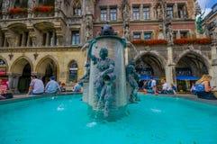 Monachium Niemcy, Lipiec, - 30, 2015: Sławna rybia fontanna lokalizować na głównym placu na zewnątrz urzędu miasta budynku Zdjęcia Stock