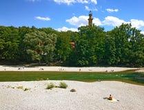 Monachium Niemcy, ludzie słońca kąpania wzdłuż Isar rzeki w centrum ci Zdjęcia Stock