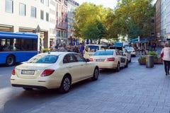 Monachium Niemcy, Październik, - 20, 2017: Mnóstwo taxi samochody obok Zdjęcia Stock