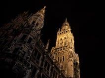 Monachium nowy urząd miasta Neues Rathaus brać podczas snown zimy nocy Zdjęcie Stock