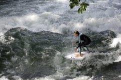 MONACHIUM, SIERPIEŃ - 08: żeński surfingowiec pracuje dyskusyjnego Eisbach trwanie fala †'Rocznicowy Sierpień 08, 2015 w Monach Zdjęcia Royalty Free