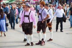 Monachium, wrzesień 27,2017: Mężczyzna w tradycyjnego bavarian odzieżowych rzemiennych spodniach chodzą na Oktoberfest Fotografia Stock