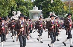 MONACHIUM, WRZESIEŃ - 22: Muzyczna brygada przy tradycyjnym kostiumem i strzelec paradą podczas Oktoberfest w Monachium, Niemcy d Obraz Stock
