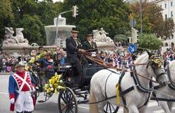 MONACHIUM, WRZESIEŃ - 22: Muzyczna brygada przy tradycyjnym kostiumem i strzelec paradą podczas Oktoberfest w Monachium, Niemcy d Zdjęcia Royalty Free