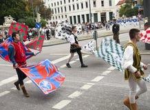 MONACHIUM, WRZESIEŃ - 22: Muzyczna brygada przy tradycyjnym kostiumem i strzelec paradą podczas Oktoberfest w Monachium, Niemcy d Zdjęcia Stock
