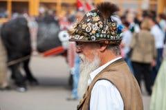 Monachium, wrzesień 27,2017: Stary człowiek z brodą w kapeluszu i tradycyjnym bavarian odziewa na Oktoberfest Obraz Stock
