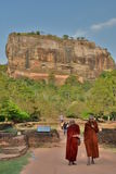 Monaci buddisti alla roccia di Sigiriya La Sri Lanka Immagine Stock