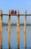 Monaci buddisti che camminano sul ponte di U Bein, Amarapura, Myanmar fotografie stock