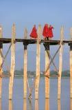 Monaci buddisti che camminano sul ponte di U Bein, Amarapura, Myanmar immagine stock