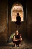 Monaci buddisti del principiante dentro il tempio fotografia stock libera da diritti