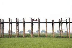 Monaci buddisti, ponte di U Bein, Amarapura, Myanmar Fotografia Stock