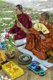 Monaci che benedicono cerimonia di nozze buddista in Cambogia fotografia stock