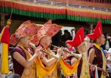 Monaci che giocano gli strumenti musicali e le trombe tradizionali di Ladakhi durante il festival annuale di Hemis in Ladakh, Ind fotografia stock