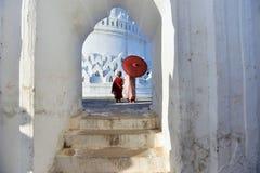Monaci che pregano in un tempio in myanmar fotografia stock