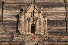 Monaci con i costumi tradizionali rossi e l'ombrello rosso in tempio buddista fotografia stock libera da diritti