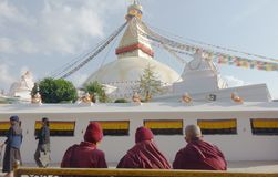Monaci davanti a Stupa Immagine Stock Libera da Diritti