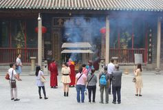 Monaci e la gente al tempio di Hualin in Canton Immagine Stock Libera da Diritti