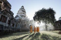 Monaci tailandesi non identificati che camminano al parco storico di Phanomwan immagine stock libera da diritti