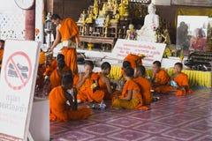 Monaci in Tailandia Phuket immagine stock