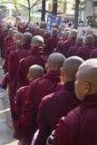 Monaci in una fila: Monastero di Mahagandayon Fotografia Stock