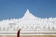 Monaco alla pagoda di Hsinbyume in Mingun immagine stock libera da diritti