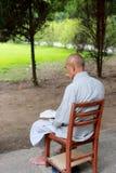 Monaco buddista anziano che legge sinceramente fotografia stock libera da diritti