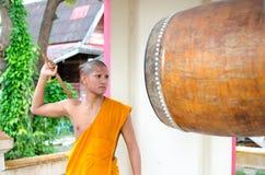 Monaco buddista, colpente il tamburo nel tempio. Fotografia Stock Libera da Diritti