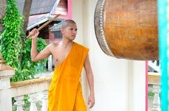 Monaco buddista, colpente il tamburo nel tempio. Fotografia Stock