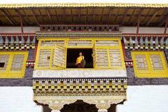 Monaco buddista con il gong al monastero di Sanghak Choeling, Sikkim, India immagine stock
