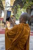 Monaco buddista con ipad - Mandalay - Myanmar Fotografia Stock
