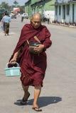 Monaco buddista con la supplica della ciotola Fotografie Stock Libere da Diritti