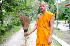 Monaco buddista, tempio tailandese di Sweep del monaco. Immagine Stock